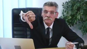 Ledsen affärsman Make en handgest för gå som ner pekar med ett fingertecken lager videofilmer