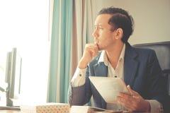 Ledsen affärsman som ut ser fönstren till ljuset royaltyfri fotografi