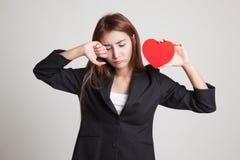 Ledsen asiatisk kvinna och skrik med röd hjärta royaltyfria bilder