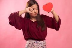 Ledsen asiatisk kvinna och skrik med r?d hj?rta royaltyfri fotografi