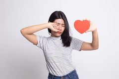 Ledsen asiatisk kvinna och skrik med r?d hj?rta arkivfoton