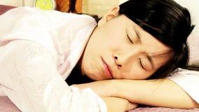 Ledsen asiatisk kvinnagråt i säng arkivfilmer