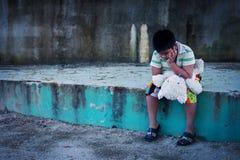 Ledsen asiatisk pojke och skrik i parkera, tappningsignal royaltyfria bilder