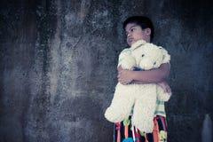 Ledsen asiatisk pojke och skrik i parkera, tappningsignal arkivbild