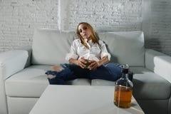 Ledsen deprimerad alkoholist drucken kvinna som hemma dricker i hemmafrualkoholmissbruk och alkoholism Arkivbilder