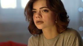 Ledsen deprimerad härlig gråt för ung kvinna i sovrum hemma arkivfilmer