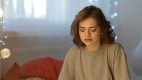 Ledsen deprimerad härlig gråt för ung kvinna i sovrum hemma lager videofilmer