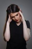 Ledsen deprimerad kvinna som har migrän Royaltyfria Bilder