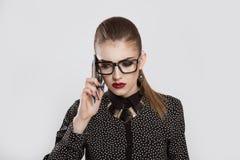 Ledsen deprimerad kvinna som talar på telefonen arkivfoto