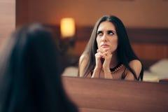 Ledsen deprimerad kvinnagråt i spegeln royaltyfri fotografi