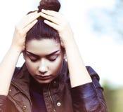 Ledsen deprimerad ung kvinna utomhus royaltyfri bild