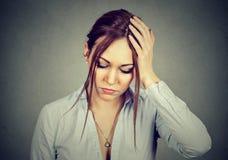Ledsen desperat kvinna med det stressade framsidauttryckt som ner ser Arkivfoto