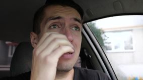Ledsen desperat mangråt i bilen arkivfilmer