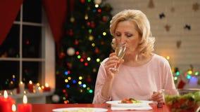 Ledsen ensam kvinnlig dricka champagne på julhelgdagsaftonen som minns lyckliga tider lager videofilmer