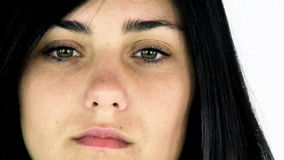 Ledsen ensam ung kvinna som ser känsligt borttappat lager videofilmer