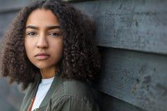 Ledsen för afrikansk amerikantonåring för blandat lopp kvinna Royaltyfria Foton