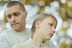 Ledsen fader och pojke Arkivbilder