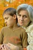 Ledsen farmor med pojken Royaltyfri Bild