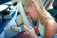 Ledsen flicka i bilen Arkivbild