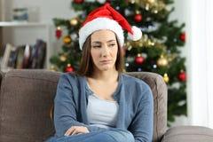 Ledsen flicka i jul hemma royaltyfri bild