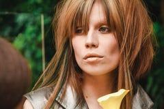 Ledsen flicka med gula hår- och gräsplanlås royaltyfri foto