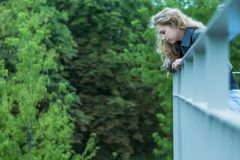 Ledsen flicka på viadukten Royaltyfri Foto