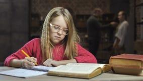 Ledsen flicka som studerar medan henne slåss för föräldrar arkivfilmer