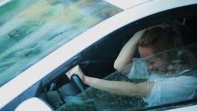 Ledsen flickagråt i bilen Regn på gatan kvinna i hysteriker stock video