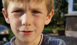 Ledsen fundersam bekymrad ung pojke arkivbilder