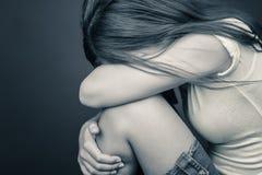 Ledsen gråt för tonårs- flicka royaltyfria foton