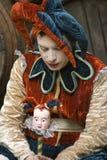 Ledsen gyckelmakare med dockan Royaltyfria Foton