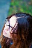 Ledsen härlig flicka i exponeringsglas med blåa ögon Royaltyfria Bilder