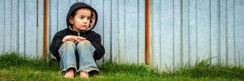 Ledsen heml?s pojke royaltyfria bilder