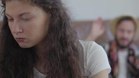 Ledsen ilsken kvinna och lycklig man i sommarhatt p? bakgrunden arkivfilmer