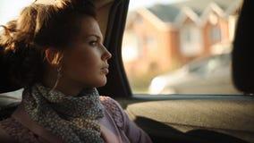 Ledsen kvinna, i en taxi och att se ut fönstret stock video