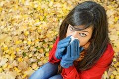 Ledsen kvinna i höstinfluensa och förkylning utanför fotografering för bildbyråer