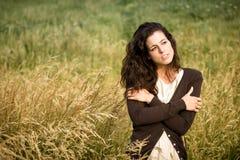 Ledsen kvinna som går i natur arkivfoto