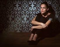 Ledsen kvinna som syndar på ett golv Royaltyfria Bilder