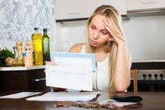 Ledsen kvinna som tänker om finansiella problem Fotografering för Bildbyråer