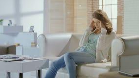 Ledsen kvinna som tänker om problem, skilsmässa som ser evakuerad arkivfilmer