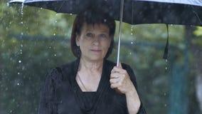 Ledsen kvinna under paraplyet lager videofilmer