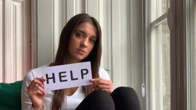 Ledsen kvinnahåll i handordet HJÄLP stock video
