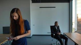 Ledsen kvinnlig anställd som lämnar kontoret efter avfyras, anställning- och krisbegrepp arkivfilmer