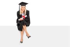 Ledsen kvinnligkandidat som rymmer ett diplom Royaltyfri Bild