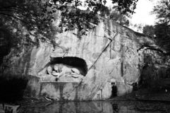 Ledsen lejonstaty royaltyfria bilder