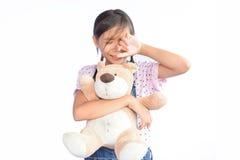 Ledsen liten asiatisk flickagråt på vit Arkivbild