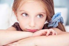 Ledsen liten flicka Arkivfoton