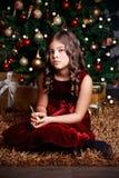 Ledsen liten flicka på jul Royaltyfria Foton
