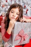 Ledsen liten flicka på jul Royaltyfria Bilder