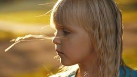Ledsen liten flicka på naturen arkivfilmer
